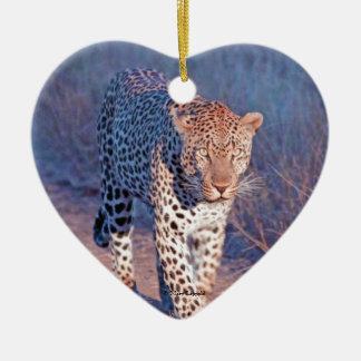 Leopardo masculino adorno navideño de cerámica en forma de corazón