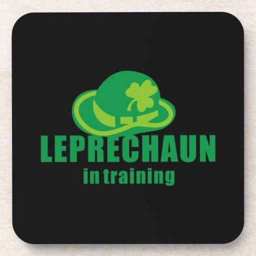 Leprechaum en el entrenamiento posavasos