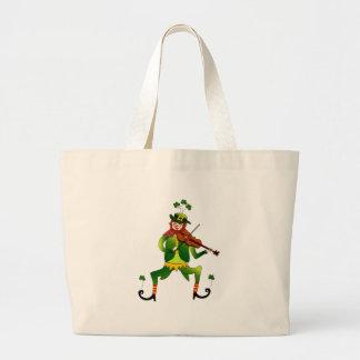 Leprechaun afortunado en la bolsa de asas