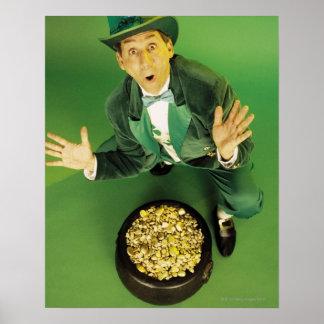 Leprechaun emocionado con la mina de oro póster