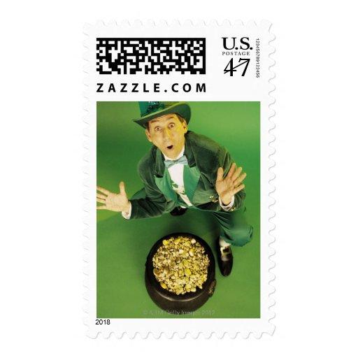 Leprechaun emocionado con la mina de oro timbre postal