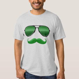 Leprechaun en camiseta verde del bigote del poleras