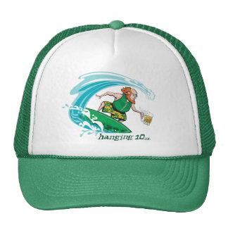 Leprechaun irlandés que practica surf gorros