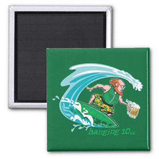 Leprechaun irlandés que practica surf imán de frigorifico