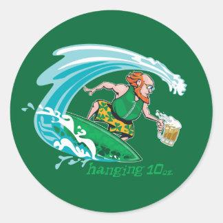 Leprechaun irlandés que practica surf etiqueta redonda