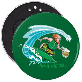 Leprechaun irlandés que practica surf pin