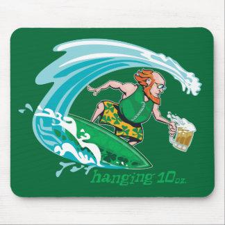 Leprechaun irlandés que practica surf tapete de ratones