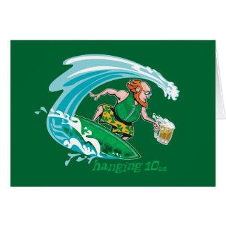 Leprechaun irlandés que practica surf felicitación