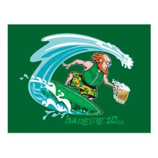 Leprechaun irlandés que practica surf tarjetas postales