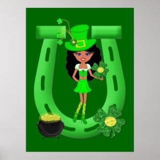 Leprechaun trigueno del chica del día de St Patric Posters