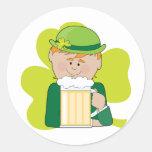 Leprechaun y cerveza etiquetas redondas
