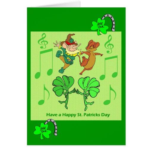 Leprechaun y tréboles del baile tarjeta de felicitación