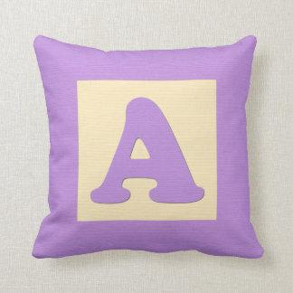 Letra A de almohada de tiro del bloque hueco del b