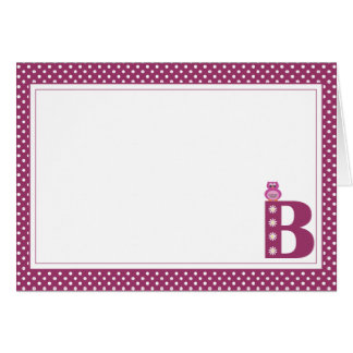 Letra B con la tarjeta de nota del espacio en blan