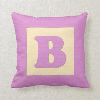 Letra B (rosa) de almohada de tiro del bloque huec