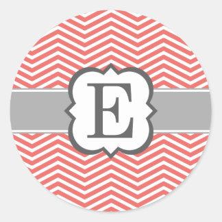 Letra blanca coralina E Chevron del monograma Pegatina Redonda