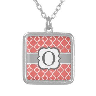 Letra blanca coralina O Quatrefoil del monograma Colgante Cuadrado