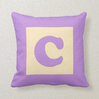Letra C de almohada de tiro del bloque hueco del b