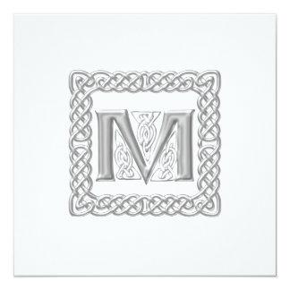 Letra céltica M del monograma de la invitación del