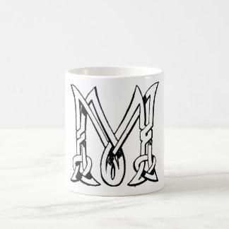 Letra céltica M del monograma del nudo del vintage Taza