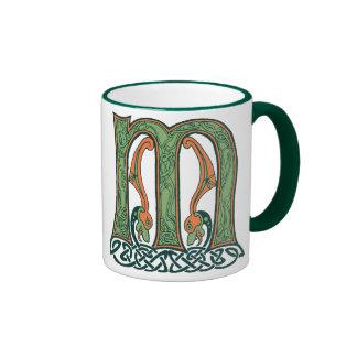 Letra céltica M, diseño del nudo del irlandés Taza De Dos Colores