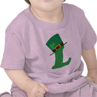 Letra de día del St Patricks L alfabeto Camisetas