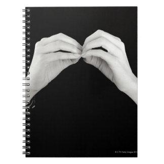 Letra de firma b del hombre en lenguaje de signos notebook