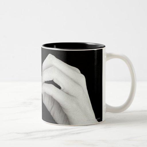 Letra de firma b del hombre en lenguaje de signos  tazas de café