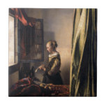 Letra de la lectura del chica en la ventana abiert teja