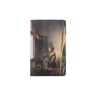 Letra de la lectura del chica en la ventana cuaderno de bolsillo moleskine