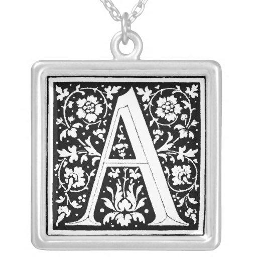 Letra del alfabeto del renacimiento un collar