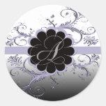 Letra del monograma una violeta pegatina redonda
