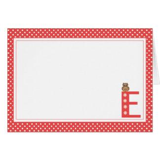 Letra E con la tarjeta de nota del espacio en blan