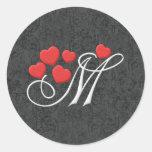 Letra elegante M de los corazones Pegatina Redonda