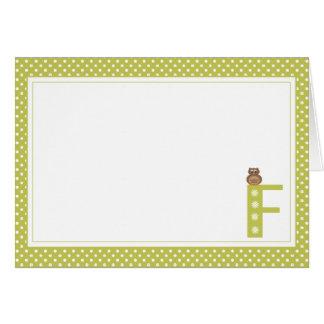 Letra F con la tarjeta de nota del espacio en blan