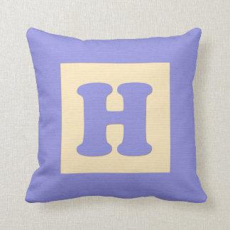 Letra H de almohada de tiro del bloque hueco del b
