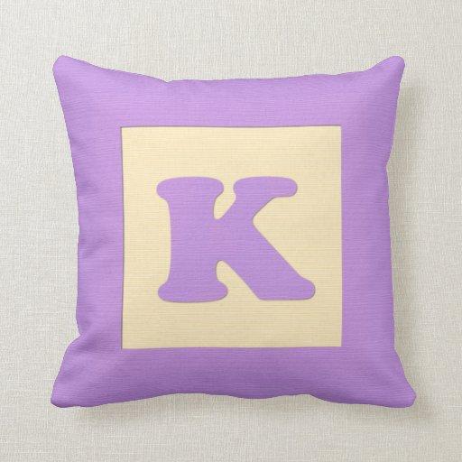 Letra K de almohada de tiro del bloque hueco del b
