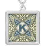 Letra K del monograma de la piedra preciosa grabad Collares