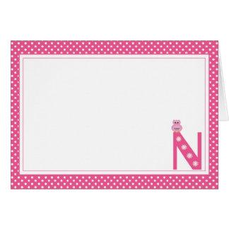 Letra N con la tarjeta de nota del espacio en blan