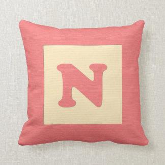 Letra N de almohada de tiro del bloque hueco del b