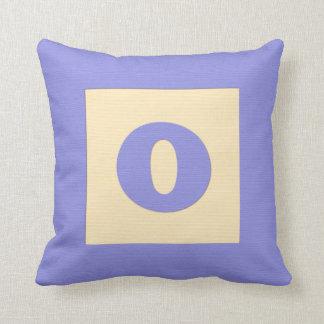 Letra O de almohada de tiro del bloque hueco del b