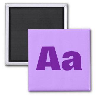 Letra o texto púrpura en las camisetas y los produ imán cuadrado