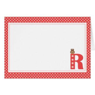 Letra R con la tarjeta de nota del espacio en blan