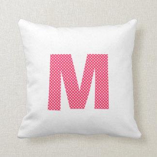 Letra rosada y blanca M del lunar Cojín