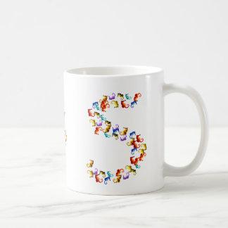 Letra S hecha fuera de gráficos coloridos del Taza De Café