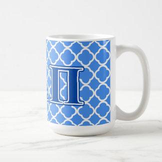 Letras azul marino alfa del delta pi taza básica blanca