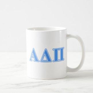 Letras azules claras alfa del delta pi taza básica blanca