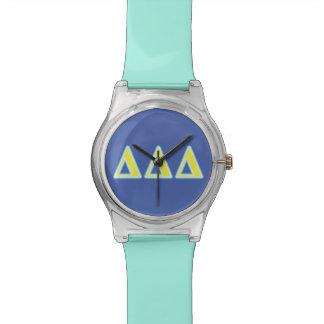 Letras azules y amarillas del delta del delta del reloj