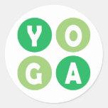 Letras coloridas de la yoga etiqueta redonda
