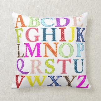 Letras coloridas del alfabeto del lunar almohadas